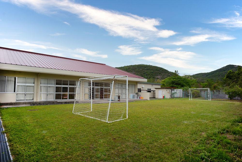 サッカーゴールのある中庭